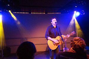 Jim Adkins rockt das Chaya Fuera im Akustikmodus