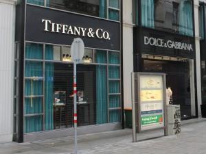 Am Ende gibt es ein Frühstück neben Tiffany.