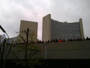 Im Startbereich warteten Läufer sowie Besucher des Events auf den Startschuss zum 34. Vienna City Marathon.
