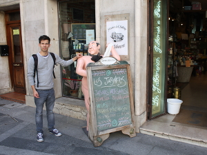 Die Tapas Bars in Bilbao wissen, wie man Menschen einladend anspricht.