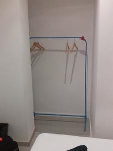 """Der """"Kleiderschrank"""" im Zimmer unseres Hostels."""