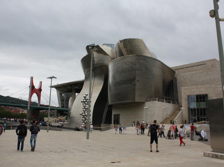 Vor dem Guggenheim Museum