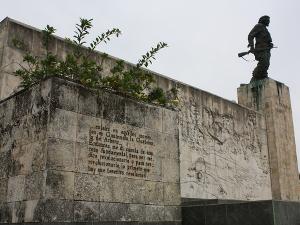 Vor dem Mausoleum von Ché Guevara