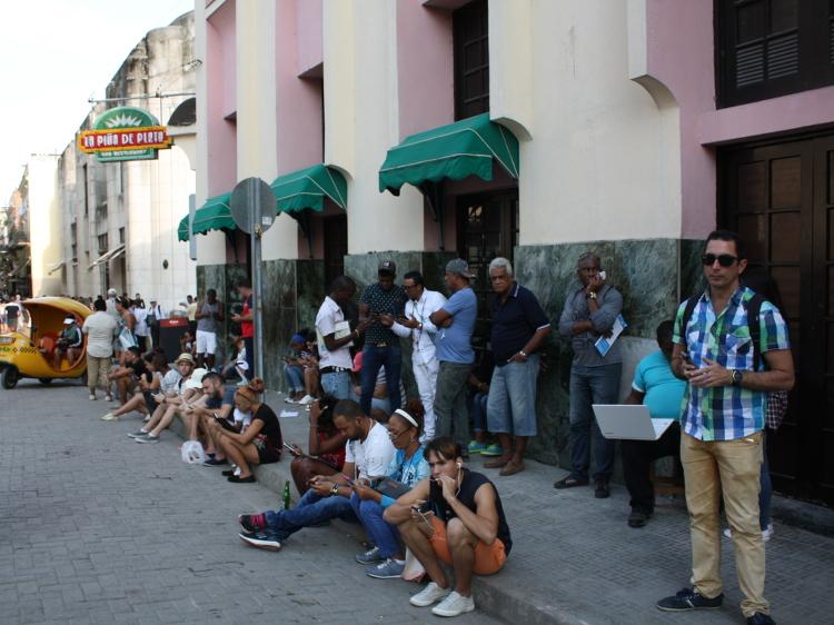 Gratis-WLAN vorm Restaurant: Internet ist in Kuba nicht selbstverständlich