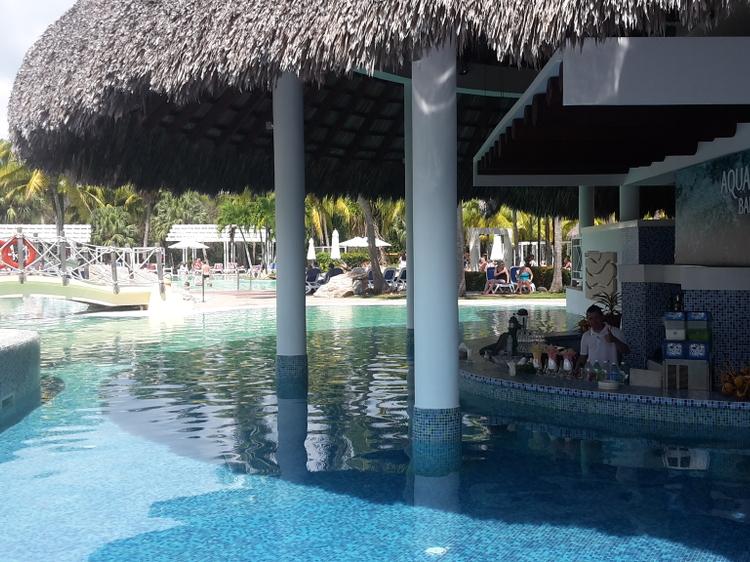 Erfrischende Cocktails an der Poolbar