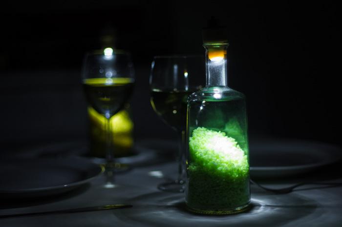 Du kannst die Flaschenlampen als Tischdeko verwenden...