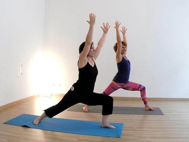 Krieger 1 - eine kraftvolle Übung für Stärke und Selbstbewusstsein.
