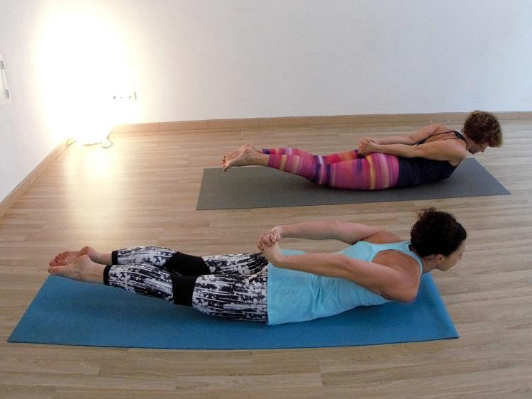 Bei Körperübungen am Bauch immer wieder die Atmung beruhigen.