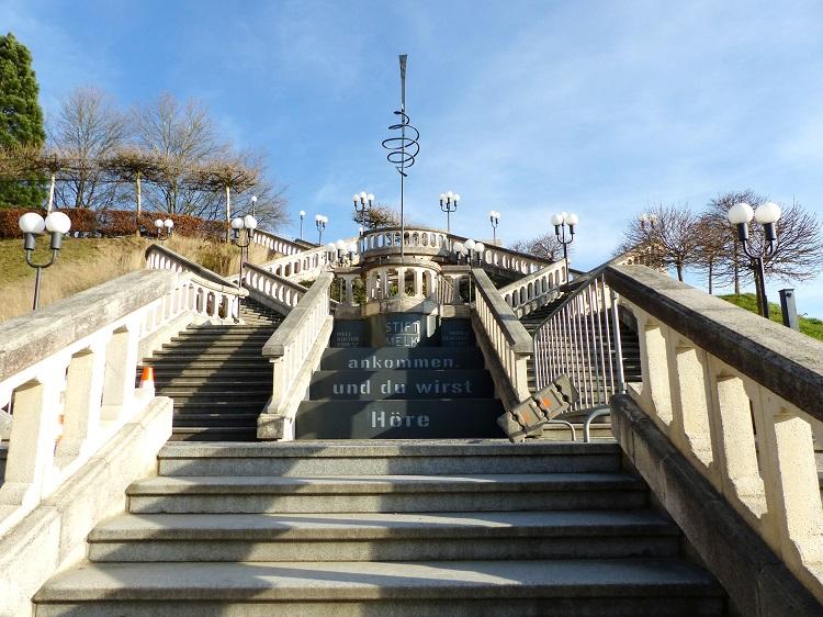 Eine prunkvolle Treppe führt direkt vom Parkplatz zum Benediktinerkloster.