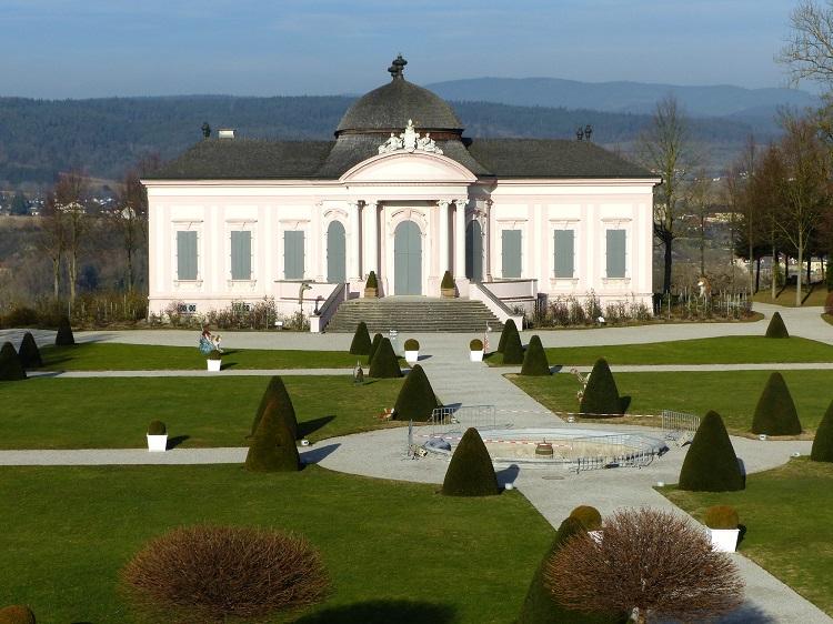 Der barocke Gartenpavillion lädt zum Verweilen ein.