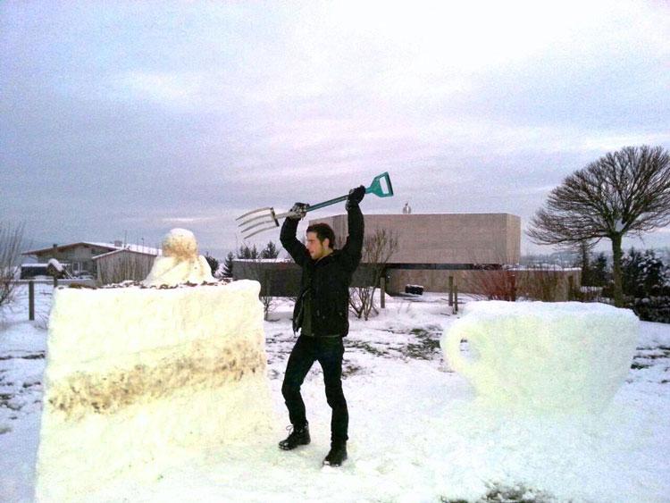 Snow-Art-Künstler Stefan Hillinger Torte aus Schnee