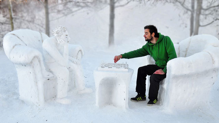 Snow-Art-Künstler Stefan Hillinger Schach aus Schnee