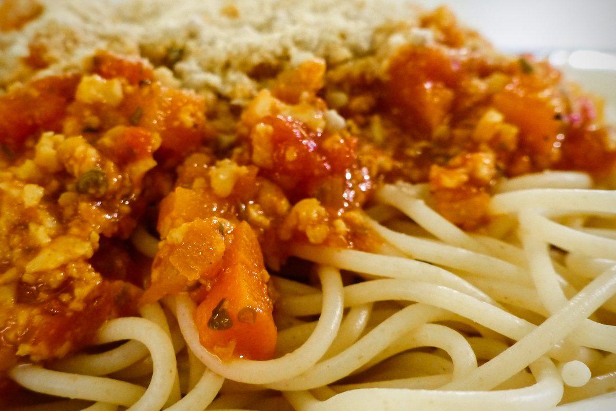 Fleischklassiker vegan: Spaghetti mit Seitan-Bolognese und Cashew-Parmesan