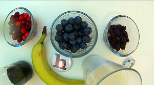 beeren-smoothie, vegan, maulbeeren, smoothie, rezept, anleitung, video, heidelbeeren, cranbeeries, kokosmus, vanilleextrakt, banane, mandelmilch