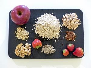 apfel-erdbeeren-muesli, apfel, erdbeeren, muesli, vegan, rezept, klassiker, fruehstueck, walnuesse, sonnenblumenkerne, leinsamen, zutaten, dinkelflocken, haferflocken
