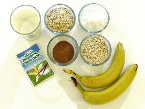 fruehstueck, vegan, haferbrei, porridge, kakao, bananen, muesli, brei, warm, bananen-kakao-porridge, rezept, allergiker, zutaten, mandelmilch, kokosraspeln, vanillezucker, haferflocken