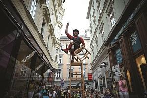 akrobaten, strassenmusiker, sesselturm, pflasterspektakel, straßenkunst,straßenkunstfestival, linz, 2017, strassenkunstfestival, strassenkunst, festival