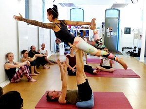 acroyoga, fliegen, yoga, akrobatik, thai massage, trendsport, test, beginner, informationen, base, flyer, spotter