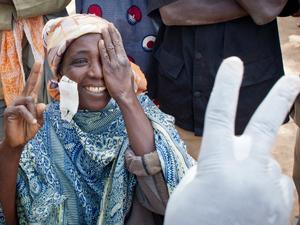 Licht für die Welt, Hilfsorganisation, Afrika, Frau nach Operation, Grauer Star