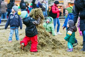 strohlandschaft, kinder-areal, kinderprogramm, christkindlmarkt, karlsplatz, heu, spielen, wien