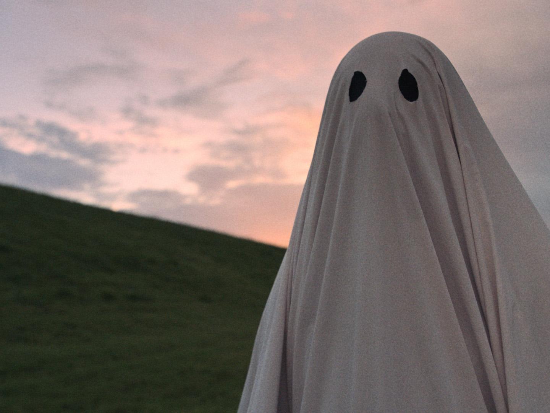 a ghost story, film, geist, leintuch, wiese