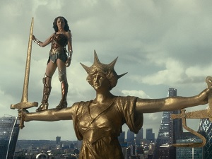 justice league, gewinnspiel, gal gadot, wonder woman, justicia, statue