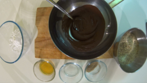 zutaten, vegane rumkugeln, geschmolzene schokolade, haselnüsse, vanillezucker, wasser, rum