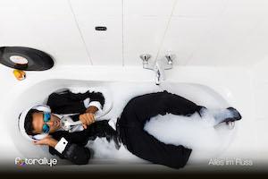 mann in badewanne trägt anzug, hört Schallplatten und singt in den duschkopf, teilnehmerfoto 2016, alles im fluss, viennergy fotorallye