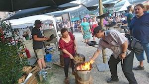 feuerstelle, mann, frau, kochen über offenem feuer
