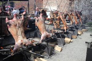 asado, fleischzubereitung über offenem feuer, fleisch auf metallkreuzen