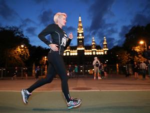 Läuferin, allein, Laufwettbewerb, Nacht, Vienna Night Run, 2017, Rathaus, Wien, Blaue Stunde