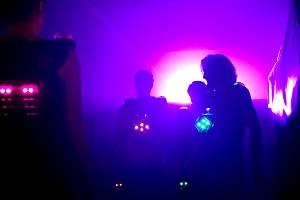 lasertag-spieler im neonlicht, unterschiedliche teams, lasertag, lasermaxx wien9