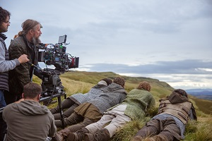 david mackenzie, regisseur, outlaw king, kamera, szene, feld, making of