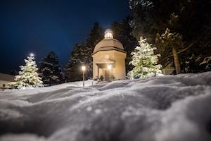 stille nacht kapelle, oberndorf, schnee, weihnachtsbäume, festlich beleuchtet