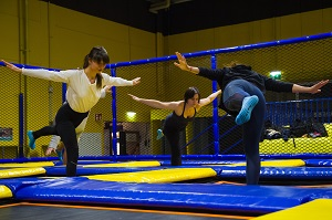 trampolin-yoga, yoga-arten, krieger. jumpmaxx