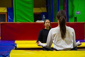 lotussitz, yoga am trampolin, jumpmaxx, herziggasse, natali