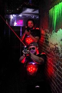 lasertag, wien, ziegelwand, laserstrahl, freunde, lasermaxx, gewinnspiel
