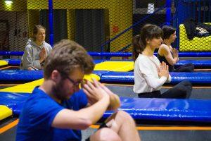 Trampolin-Yoga im Helden-Test: Meditativer Sport im Hüpftempel
