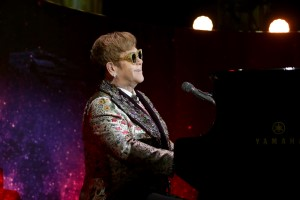 Elton John, Piano, Mikrophon, Bühne, Konzert, Elton John Top-10