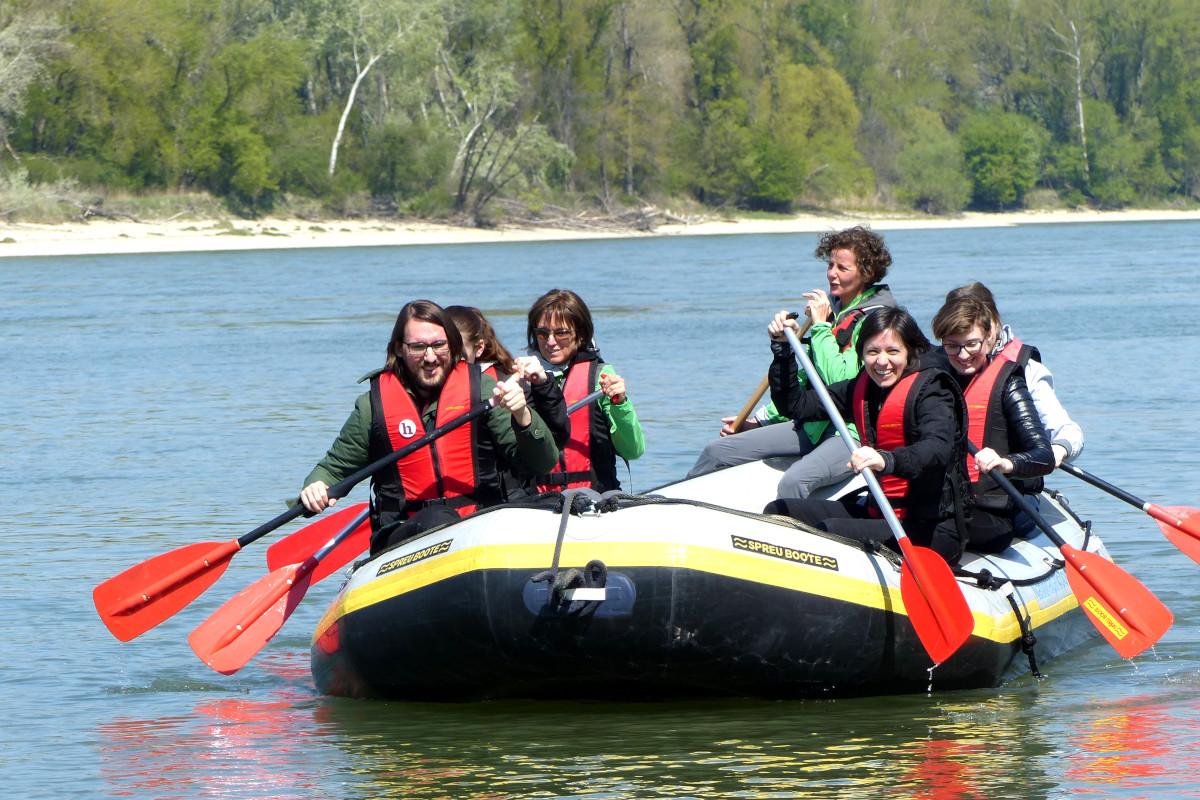 schlauchboot-tour, donau, paddeln, gruppenfoto, nationalpark donauauen,