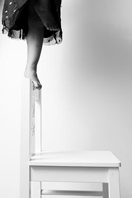 sessel, stuhl, kind, ein bein, fallen, balance, balancieren, schwarz-weiss, gewinner, sieger, fotorallye, wien