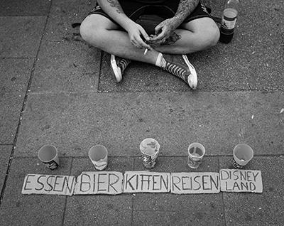 straße, boden, geld, zigarette, disneyland, geld sammeln, schwarz-weiß. wien, 2019