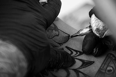 tattoo, tättowieren, zivilisationskrankheit, viennergy, fotorallye, ästhetik, schwarz-weiß, fotowettbewerb