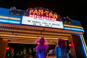 glow, las vegas, show, wrestling, leuchtreklame, netflix,