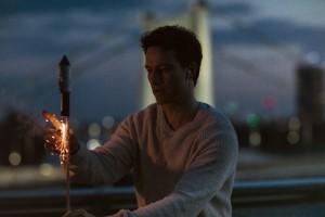 Leo, Feuerwerk, Rakete, Dach, Stadt, Abend, Alexander Fehling, Verfilmung, Roman, Bestseller, Daniel Glattauer