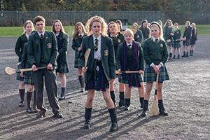 derry girls, lehrerin, schüler, uniform, sportgeräte, skateboard