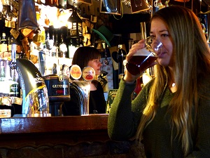 irish pub, wien, bier, guinness, bar, frau, trinkt