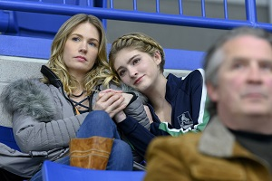 January Jones als Carol Baker, Willow Shields als Serena Baker im Eiskunstlauf-Drama Spinning Out