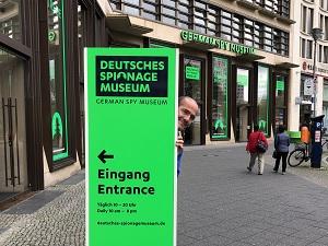 Spionagemuseum Berlin, Eingang, Held der Freizeit