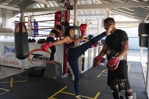 thaiboxerin kickt auf Kopf des Trainers